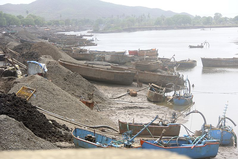 800px-Sand_mining_with_suction_pumps